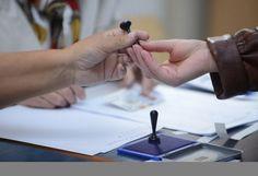 Primul incident electoral din judeţul Mehedinţi s-a consumat în acestă seară la Orşova. Preşedintele secţie de votare nr. 67 a plecat acasă cu t...