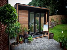Garden Office - Case Study - The resoundingly popular SMART Garden Room and Office Ultra range was the first choice for this creative space in Chelmsford. Garden Office Uk, Smart Garden Offices, Shed Office, Office Pods, Outdoor Office, Backyard Office, Backyard Studio, Outdoor Rooms, Outdoor Decor