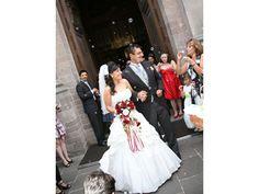 Los novios saliendo de la iglesia La boda de Xochitl y Carlos