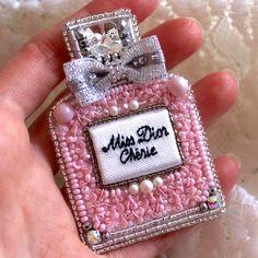 """Брошь флакон духов """"Miss Dior"""". В работе кристаллы и жемчуг Swarovski, французские пайетки, японский бисер, стеклярус, чешские хрустальные бусинки, шёлк, мулине. Изнанка из натуральной белой кожи. Булавка японская с замочком. В наличии!#авторскиеукрашения #вышивкабисером #вышивкагладью #брошьфлакондухов #брошьdior #брошьвышивка #брошьвышитаябисером #брошьвышивкабисером #брошьвышитаягладью #брошьвышивкагладью #брошьдухи #брошьдиор #диор #dior #missdior"""