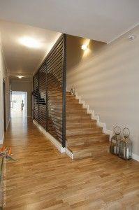 Fotolii, mese de masaj, flori, muzică relaxantă, multă lumină caldă şi un decor delicat şi frumos au nevoie de un parchet, care să asigure sustenabilitate şi rezistenţă, astfel că elementele din încăpere se completează recriproc pentru a oferi clienţilor cadrul perfect destinderii. Stairs, Projects, Home Decor, Living Room, Log Projects, Stairway, Blue Prints, Decoration Home, Room Decor