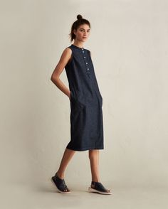 Supple, lightweight, indigo-dyed denim. Tulip-shaped. Button placket with pleat below. Centre seam at back. Split seam. Over-stitched. Pull on.