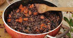 Ingredientes (para seis doses): — Meia curgete; —100 gramas de cogumelos shiitake; — Acelgas (a gosto); — Quatro colheres de sopa de azeite; — Dois dentes de alho; — Uma folha de louro; — Duas chávenas de feijão preto azuki cozido; — Meia chávena de caldo de cozer o feijão; — Cominhos (a gosto); — … Continued