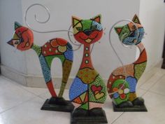 Risultati immagini per gatos en puntillismo American Flag Pallet, Pallet Flag, Animal Gato, Diy And Crafts, Arts And Crafts, Christmas Applique, Stained Glass Crafts, Painted Plates, Small Sculptures