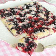 En lättgjord kaka med hallon & blåbär som är gudomligt god – en perfekt kombination!