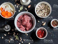 Свежие ингредиенты-говядины, фасоли, лук, морковь, специи, Томатный соус Стоковые фото Стоковая фотография