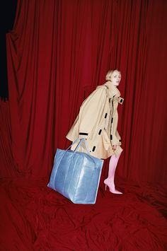 BALENCIAGA SPRING SUMMER 17 Women's Campaign.bag, сумки модные брендовые, bag lovers,bloghandbags.blogspot.com