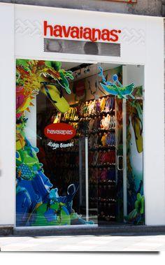 Fachada con mucho color Jaime. Muy buena fachada que ademas de que te da una idea del producto que vende la tienda es muy llamativa.