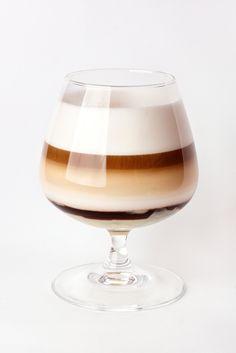bereiden: Warm de whisky op in een pannetje. Voeg de suiker toe aan de whisky en roer tot de suiker opgelost is en een beetje stroperig wordt. Doe de whisky in een glas. Giet de koffie voorzichtig op de whisky. Gebruik hiervoor de achterkant van een lepel. Klop de room half op en giet voorzichtig op de koffie.