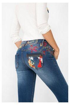 Jeans slim con detalles bordados Desigual. ¡Descubre la moda de mujer con más actitud!