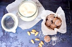 Ez a gyors, cukormentes és vegán édesség öt prec alatt összedobható és bónuszként még egészséges is.  Recept a blogon: Raw Vegan, Glass Of Milk, Blog, Recipes, Raffaello, Blogging, Ripped Recipes, Cooking Recipes