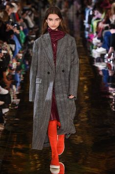 See all the Collection photos from Stella McCartney Autumn/Winter 2018 Ready-To-Wear now on British Vogue Fall Fashion Trends, Autumn Fashion, Stella Mccartney, Women's Fashion Leggings, Urban Fashion Women, Womens Fashion Casual Summer, Fashion Over 40, Fashion 2018, Ready To Wear