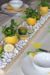Zitronen-Minz Tischdeko - Fruchtig, frische Sommer Tischdeko… Was für tolle, frische Farben… dieses Gelb und Grün mit Weiß kombiniert… da wirds einem gleich angenehmer, bei heißen Sommertagen ( wenn sie de… ループを横からスレッドに通します。 - Summer Table Decorations, Decoration Table, Mint Table, Deco Floral, Tablescapes, Flower Arrangements, Diy Home Decor, Sweet Home, Dining Table