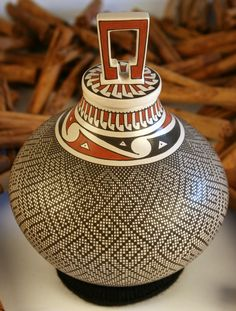 Mata Ortiz Pottery Graciela Gallegos Pot with Paquime Top. Wonderful design and I think quite labour intensive. Native American Pottery, Native American Art, American Indians, Ceramic Pottery, Pottery Art, Ceramic Art, Vases, Pots, Pueblo Pottery