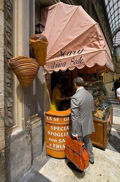 Napoli: Sfogliatelle da Mary Unica.. >> Sfoglia le ! Province of Naples, Campania region italy