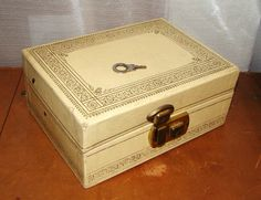 Vintage 70s Jewelry Box Ivory Cream Gold Script Edges Brass Lock
