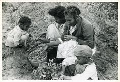 Marion Post Wolcott: Project family picking peas in their garden, Flint River Farms, Georgia, Spring 1939 Women In History, Black History, Dirt The Movie, Old Pictures, Old Photos, Vintage Photographs, Vintage Photos, Flint River, Social Realism