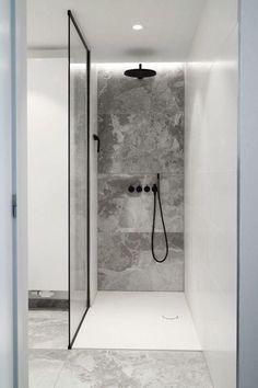 Tillgångs dusch med anpassad duschkabin i glas