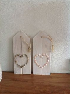 Houten plankjes met hart van schelpen Picture Frame Arrangements, Shell Decorations, Beach Activities, Pebble Art, Shabby Chic Decor, Cool Things To Make, Sea Shells, Picture Frames, Diy And Crafts