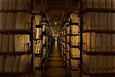 Архив был выделен из библиотеки Ватикана в 1610 году при папе Павле V и с тех пор является самым крупным вместилищем тайн в мире. Общая протяженность стеллажей, разбитых на 650 отделов, составляет 85 километров – более 35 тысяч книг и документов. Тайны, скрытые в стенах секретного архива Ватикана • НОВОСТИ В ФОТОГРАФИЯХ