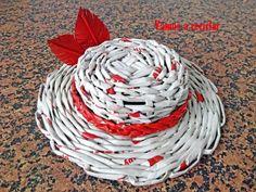 Sombrero con plumas con folletos de propaganda