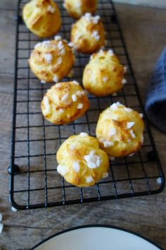 chouquettes inratables : la recette facile à essayer sans attendre Sweet Desserts, Biscotti, Muffin, Breakfast, Food, Pastry Recipe, Fluffy Biscuits, Old Stove, Sweet Recipes