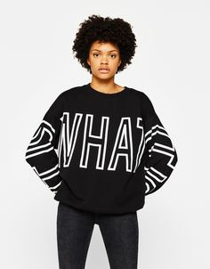 Oversized sweatshirt with slogan - Sweatshirts & Hoodies - Bershka United States T Shirt Vest, Hoodie Dress, Korea Fashion, Girl Fashion, Estilo Fitness, T Shirt Company, Tee Shirt Designs, Fashion Graphic, Casual Elegance