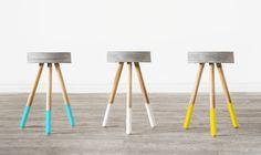 Taburete de cemento y patas de madera. Medidas: 45cm de alto de 32cm de ancho