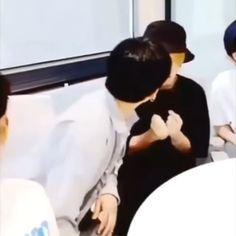 Confident Gay Minho and Panicked Gay Jisung Felix Stray Kids, Korean Boy, Kpop Memes, Lee Know, Kids Videos, Bts Boys, Kpop Boy, Minho, Jikook