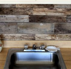 Here's a variety of beautiful DIY backsplash ideas for redesigning your kitchen wall. Diy Kitchen backsplash pictures for your inspiration: Mexican diy tile backsplash Bottle caps diy backsplash … Reclaimed Wood Kitchen, Cheap Kitchen Backsplash, Diy Backsplash, Wood Kitchen Backsplash, Rustic Kitchen Backsplash, Pallet Backsplash, Diy Kitchen, Rustic Kitchen, Pallet Wood Backsplash