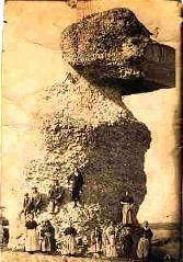 He buscado esta torre, No la he encontrado. Es quizás el único lugar de todos los que he visto en fotografía antigua que no he podido encontrar en Madrigal De las 72 torres que tenian sus murallas, quedaban 48 en 1838 y 23 en la actualidad..