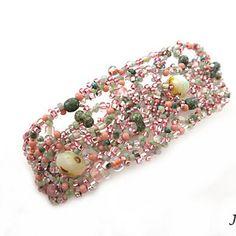 Originální jemný freeform náramek ušitý ze směsy růžových a zelených korálků různých velikostí a povrchových úprav.  Náramek je 19 cmy dlouhý a v nejširším místě cca 3 cm široký. Je vhodný na ruku max. 18 cm.  Zapínání je šité. Řešené knoflíčkem ušitým z korálků a očkem na druhé straně náramku. Díky tomu se jedná o hypoalergení šperk vhodný i pro alergiky. Floral Tie, Beaded Bracelets, Accessories, Jewelry, Jewlery, Jewerly, Pearl Bracelets, Schmuck, Jewels