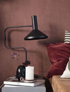 Bordeaux og terrakotta i soveværelset med House Doctor House Doctor, Colorful Decor, Colorful Interiors, Cafe Style, Wall Colors, Colours, Desk Lamp, Table Lamp, Interior Inspiration