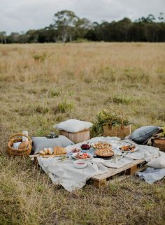 Inspired By This A Rustic Fall Picnic Get Together - - This rustic fall picnic get together is full of holiday entertaining inspiration, as well as inspiration to spend time outdoors with friends & family.