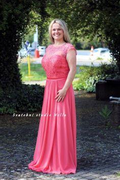 Lososové dlouhé plesové společenské šaty. Ceny na www.svatebninella.cz  plesové  šaty cf58070a26