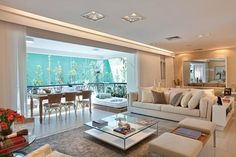 """""""Este projeto foi desenvolvido para um apartamento decorado de alto padrão. A proposta era criar uma decoração neutra, suave e sofisticada e, por isso, priorizamos os tons claros, como o branco e o nude, além do aconchego da madeira. Como os ambientes sociais são integrados, o diálogo entre os elementos decorativos e acabamentos é harmonioso e todos os ambientes seguem a paleta eleita."""""""