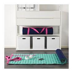 IKEA - IKEA PS 2017, Podlož na sedenie, Podložka zostane vďaka protišmykovému materiálu na zadnej strane na svojom mieste. Protišmykový materiál tiež znižuje riziko pošmyknutia pri stúpení na podložku.Ak podložku nepoužívate, vďaka rýchlemu zapínaniu ju jednoducho zrolujete.