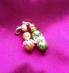 sehr schöner Anhänger für Charmkette oder Armband. Grüne, gold- und champagnerfarbene Wachsperlen sowie silberne Strass-, Zier- und Verbindungselem...