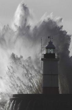 Francia e Gb, il mare in tempesta
