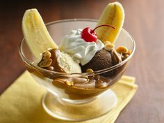 Looking for a delicious fruit dessert that's ready in 15 minutes? Enjoy this banana dulce de leche with ice cream, peanuts and cherries. Desserts Menu, Frozen Desserts, Summer Desserts, Sweets Recipes, Frozen Treats, Just Desserts, Sweet Desserts, Banana Split, Banana Recipes