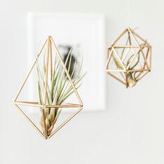 In deze DIY laat Westwing je zien hoe je slechts met een paar simpele benodigdheden jouw eigen himmeli decoratie maakt. Elegant en minimalistisch <3.