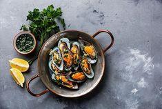 Chaque soir, dans 'Tous en cuisine' (M6), Cyril Lignac concocte en direct de savoureux mets dont lui seul a le secret. Zoom sur sa recette des moules au bouillon curry rouge crémeux. A vos tabliers !... Crab Dishes, Veg Dishes, Quick Fish, Blue Health, Fish Recipes, Healthy Recipes, How To Cook Steak, Healthy Protein, Mets