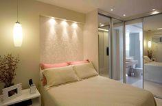 Uma boa sacada para esconder a viga na parede da cama: fazer uma sanca com iluminação!