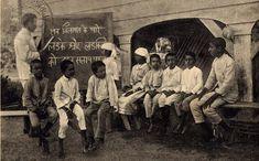 Hernhutter Duitse missie-school (1930) met kinderen van Hindoestaanse immigranten in Suriname. Let op de hindi-tekens op het schoolbord en Duitse onderwijzer! Klik op foto voor artikel over Indiase diaspora.