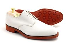 Ivy League style: the white bucks-Calfskin white velvet (originally they were suede, hence their name), the bucks are derbies have a thick rubber sole characteristic red.