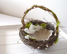 Rustikale Blumenmädchen Korb für Ihre Hochzeit. Kleine Vögel nesten mit Seidenblüten und Frühlingslaub. Sehr romantisch und rustikal Accessoire für Ihre Blumenmädchen. Dieses Vogelnest ist...