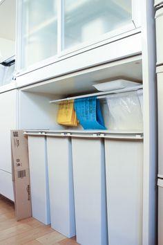 出すと邪魔、隠すと不便!どうする?キッチンのゴミ箱問題 Studio Kitchen, Kitchen Reno, Kitchen Dining, Kitchen Ideas, House Chores, Trash Bins, Kitchen Organization, Pantry, Cabinet