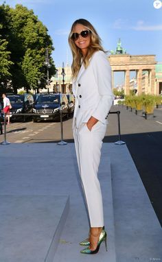 Elle Macpherson arrive Porte de Brandebourg pour assister au défilé Marc Cain (collection printemps-été 2016). Berlin, le 7 juillet 2015.