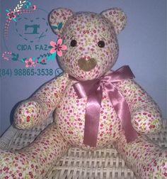 Urso em tecido 100% algodão, totalmente antialérgico, pernas e braços articulados. Mede 38cm em pé e 25cm sentado.