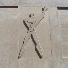 Le gymnase de Bagdad est orné d'un Modulor sculpté en relief sur l'une des façades. Inventé par Le Corbusier, cette silhouette humaine lui servait à adapter ses réalisations proportionnellement à la taille moyenne d'un être humain.